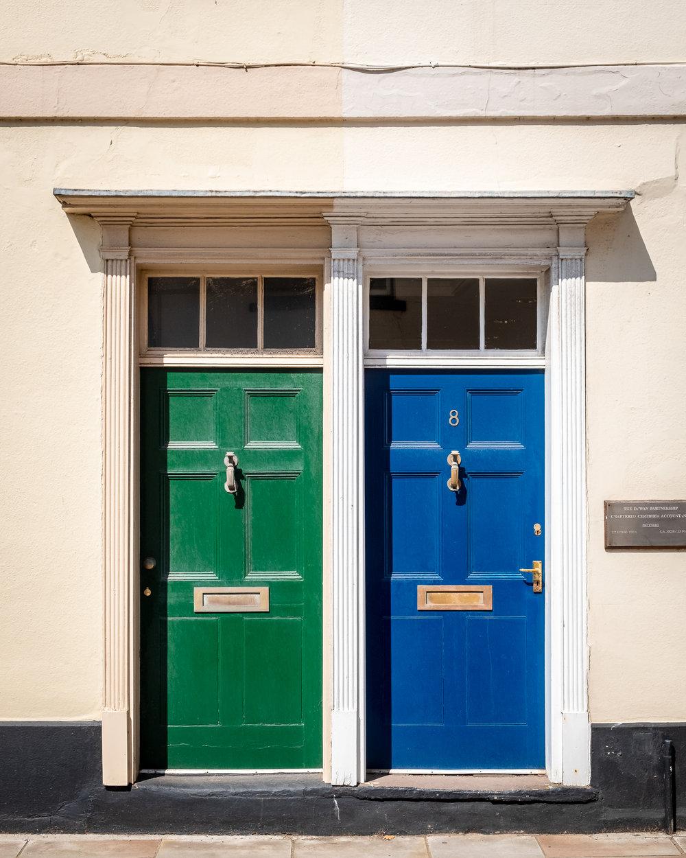 Vi stannade till i en liten stad som heter Brecon och drack kaffe. Jag hittade ett par dörrar.