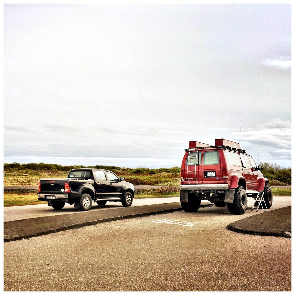 023_Mein Pickup neben eine echten isländischen Auto.JPG