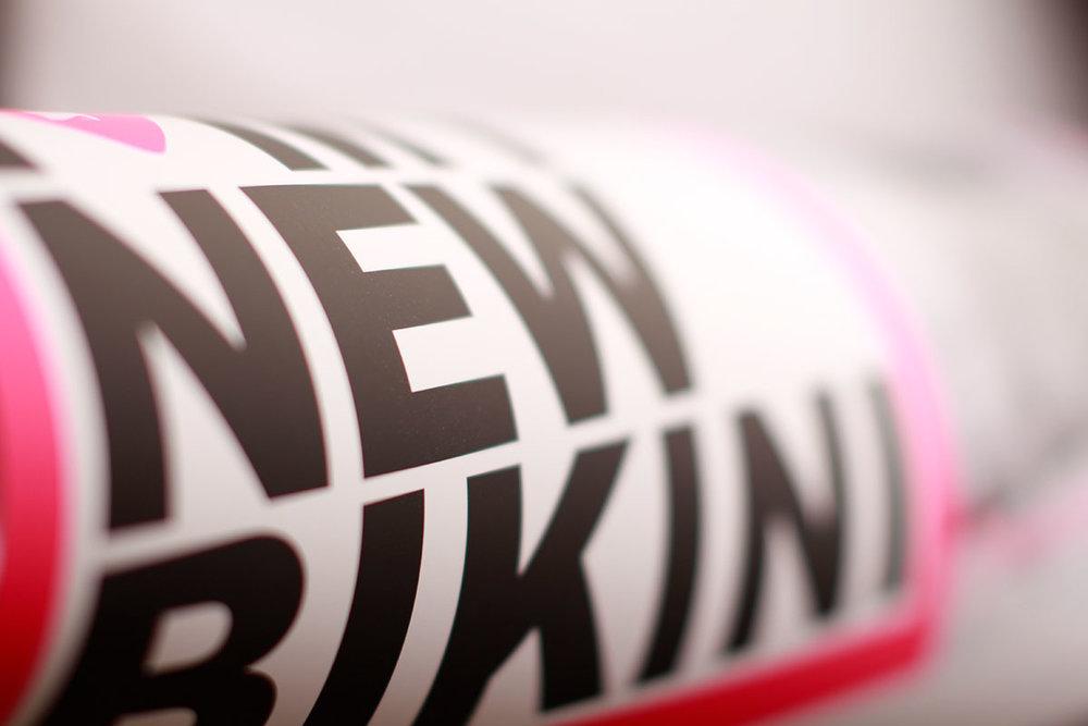 Druckveredelung, Druckveredelung online, Druckveredelungsverfahren, Papierveredelung, Verpackungsveredelung, Veredelungsberatung, Veredelungsexperte, Veredelungsspezialist, Veredelung, Prime, Printing, Printessenz, Veredelungstechniken, Haptik, Kombinationsveredelung, Mehrfachveredelung, Veredelungsfächer, Veredelungen für den Lebensmittelbereich, HACCP, Verpackungsveredelung, Lebensmittelverpackungen, Folienveredelung, Cellophanierung, Folienkaschierung, Mattfolie, Mattfolie scheuerfest, Glanzfolie, PET Goldfolie, PET Silberfolie, Metallisierte Folie, Irisierende Folie, OPP Mattfolie, OPP Glanzfolie, Acetatfolie, Acryllackierte Folie, Vorgeprägte Folie, Softtouch Folie, Leinenstruktur, Feinleinenfolie, Thermofolie, Thermokaschierung, Folienkaschierung mit Strukturprägung, Pearl-Strukturprägung, Forchheimfolie, Sonderkaschierung, Strukturfolie, Siebdruck, Siebdruckveredelung, Partieller UV-Lack, Softtouch Lack, Denglanz, spezial, Softlack, Lackstrukturen, Spoteffects, Effektlack, Eis, Photochromfarbe, Nachteuchtfarbe, Leuchtfarbe, Velourlack, Thermolack, Thermochromefarbe, Rubbellack, Duftlack, Strukturlack Sand, Glitterlack, Effektpigmente, Effektlacke, Spoteffekt, Strukturlack, Siebdrucklackierung, Leitfähige Farben, Relieflack, UV-Glanzlack, silber, gold, deckweiß, Mattlack, Glanzlack, Heißfolienprägung, Prägefoliendruck, Letterpress, Microembossing, Plangrägung, Blindprägung, Strukturprägung, Reliefprägung, Hochdruck, Folienprägung