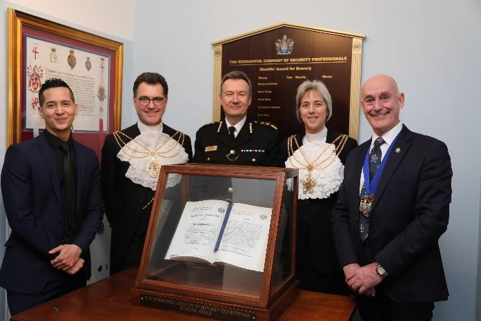 (l to r)  Mr David Burgess, recipient 2018 Sheriffs' Award for Bravery; Alderman & Sheriff Vincent Keaveny; Ian Dyson QPM, Commissioner, City of London Police; Sheriff, the Hon Elizabeth Green; and the Master, Mr Phillip Hagon QPM