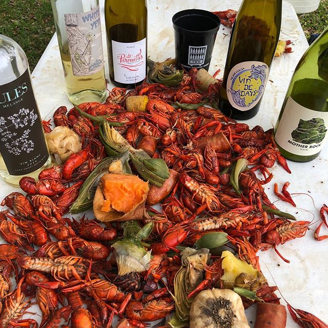 Nothing like a backyard boil with some Neat(o) wines!  #sundaydads #julesmelange #whiteyeti #tuttifruitti #daywines #motherrock #vendingmachinewines Thanks Paternostro fam!
