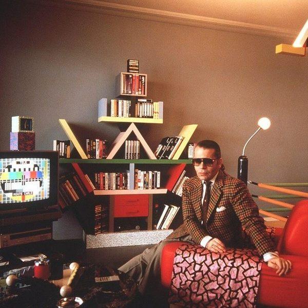 Chanel Karl Lagerfield - ông trùm của hãng thời trang Chanel bên cạnh chiếc kệ Carlton