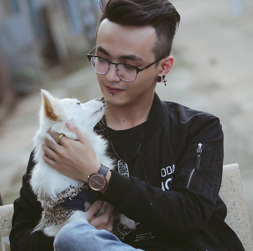 BI VO - Art Director Red Cat Motion - Bi Võ là một người yêu mèo, biết nhảy hiphop, đánh DJ, và là một Art Director tại Red Cat Motion. Bi Võ tham gia vào lĩnh vực thiết kế, minh hoạ từ năm 2011. Các sản phẩm của anh mang hướng hiện đại, cởi mở, đa sắc và là nguồn cảm hứng lớn cho các nhà thiết kế trong và ngoài nước.