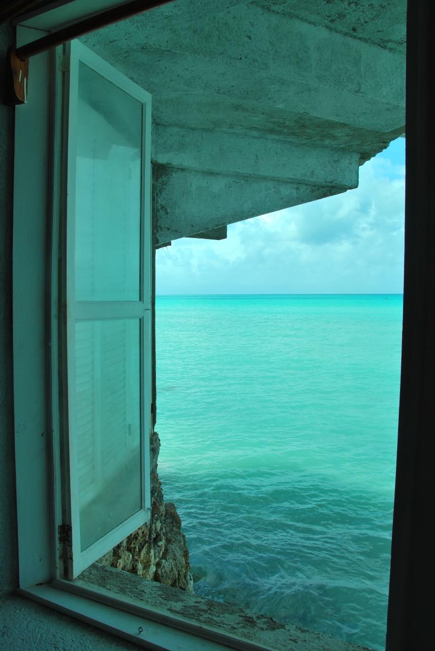 - Το Floating Laboratory of Action & Theory At Sea (FLOATS–Το Πλωτό Εργαστήρι Δράσης καιΘεωρίας στη Θάλασσα) είναι μία πειραματική πλατφόρμα αφιερωμένη στη διδασκαλία, την έρευνα, τη δημόσια εμπλοκή και ευαισθητοποίηση αναφορικά με τη μελέτη της θάλασσας από τη σκοπιά των κοινωνικών επιστημών. Ένας από τους κύριους στόχους μας είναι να προσφέρουμε έναν διαρκή κριτικό σχολιασμό για τους κινδύνους που εγκυμονούν τα ηγεμονικά εδαφικά πλαίσια. Είναι μια πλατφόρμα που προσκαλεί ακαδημαϊκούς, καλλιτέχνες, ακτιβιστές/ριες και επαγγελματίες που δραστηριοποιούνται σε αυτόν τον χώρο να επαναπροσδιορίσουν την έννοια της θάλασσας.