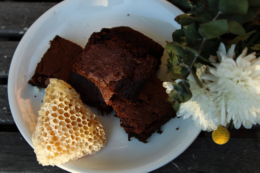 6. Allow to cook for at least an hour before serving (it's hard to wait I know!). Brownies are actually at their best the day after you baked them, they become richer and less crumbly. -