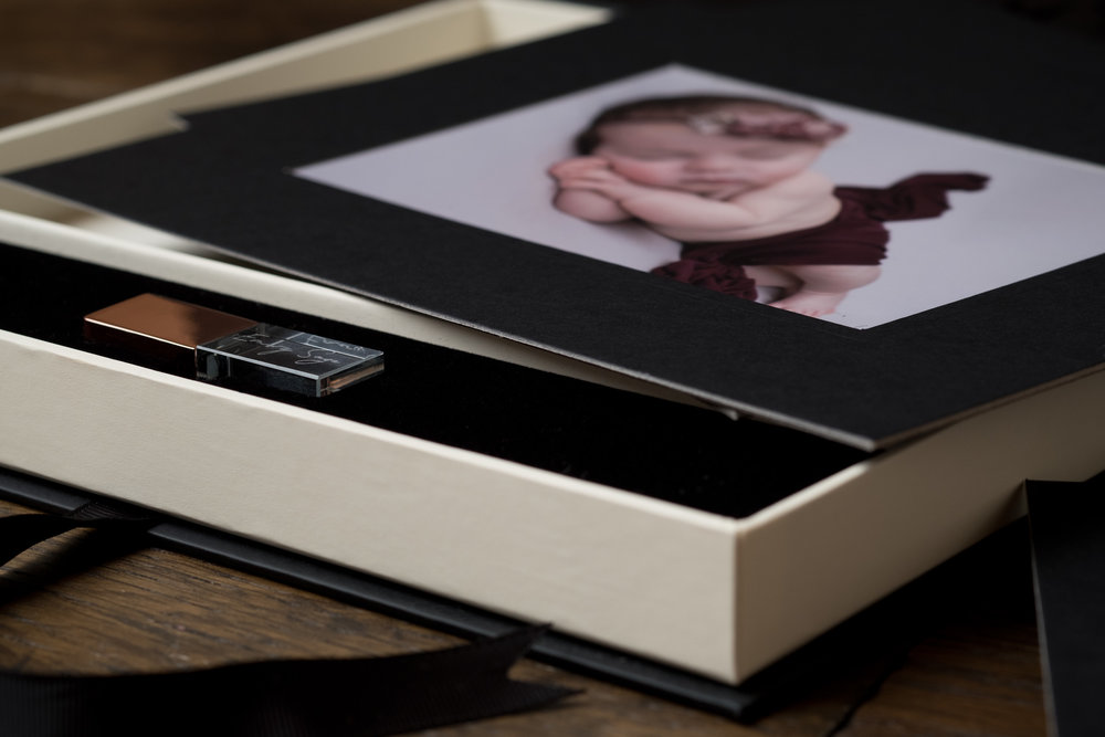 Newborn-Photography-Lincoln-Mounted-Images-in-a-luxury-box-with-crystal-USB-005.jpg