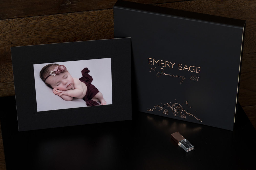 Newborn-Photography-Lincoln-Mounted-Images-in-a-luxury-box-with-crystal-USB-006.jpg