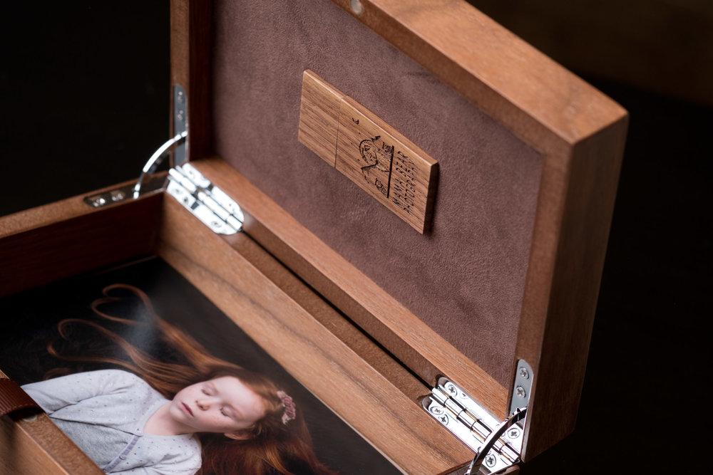 Newborn-Photography-Lincoln-Wooden-Keepsake-Box-For-Prints-007.jpg