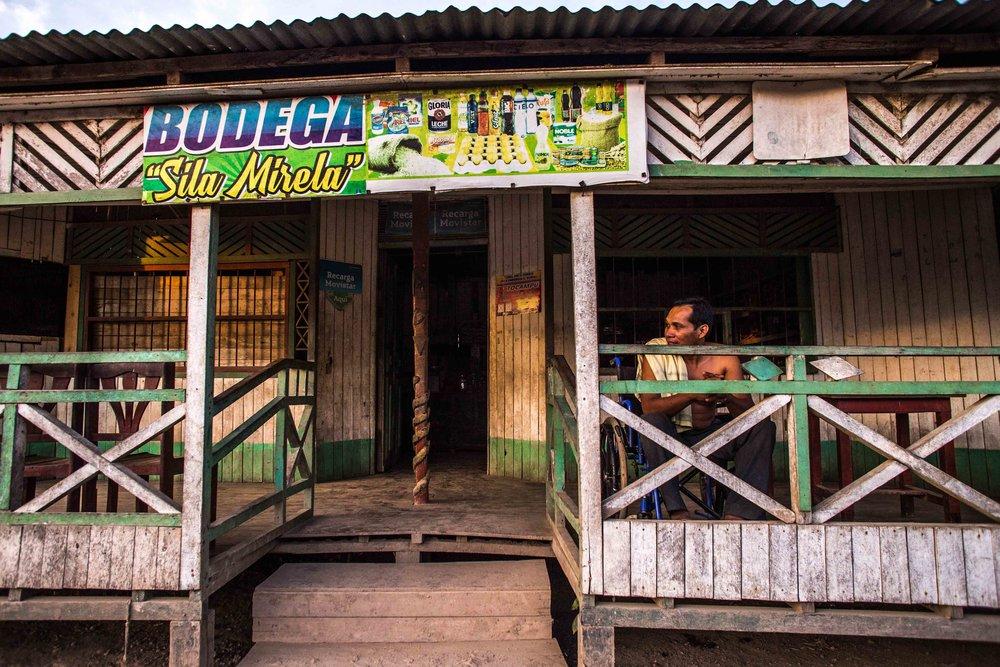 Una de las muchas tiendas de la aldea, que vende comida y bebida envasada.