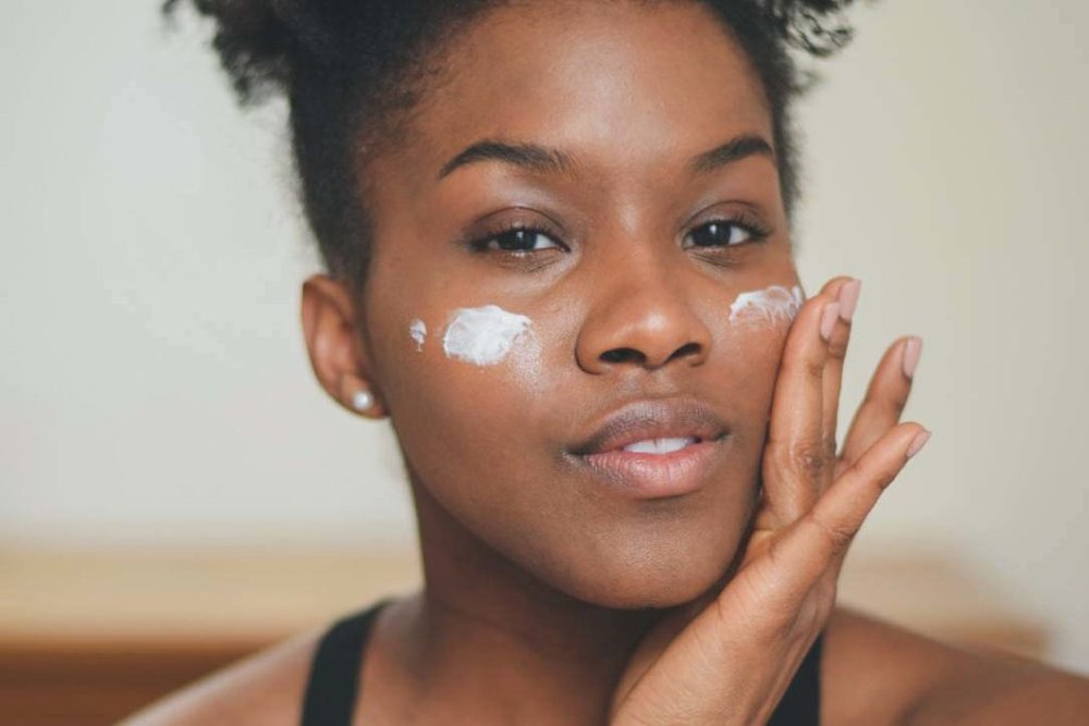 blogger wearing glossier priming moisturizer rich