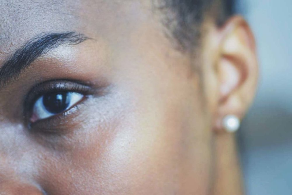 blogger wearing glossier boy brow