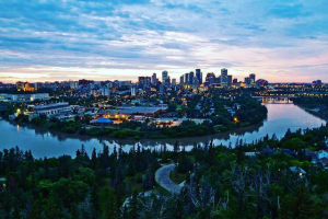 1) Bounds of green space - Edmontonians love their green space – and with 7,300 hectares of River Valley (equivalent to 18 Stanley Parks) they're getting it! The River Valley is the largest expanse of urban green space in Canada and is composed of numerous parks and walking trails.Image via @cfsfood