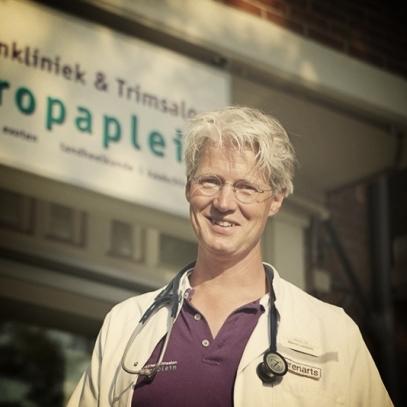 Marnix LambertsDierenartsNaast zijn ruime ervaring als algemeen dierenarts heeft Marnix Lamberts zich in de afgelopen 15 jaar ontwikkeld tot een van de meest ervaren tandheelkundige dierenartsen/-chirurgen in Nederland. Door zijn jarenlange specialisatie op dit gebied is hij in staat complexe, soms al lang bestaande problemen aan gebit en kaken te verhelpen. Ook de diagnostiek en chirurgie van keel-, neus- en ooraandoeningen behoren tot zijn expertise.Nadere informatie vindt u op onze pagina tandheelkunde. -
