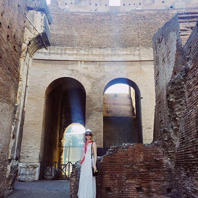 in ruin(s). #colosseo 👆insta story. #americaninrome #vivalitalia #wanderlust #travelblogger #adventuresinrome #colosseum #roma #italytiamo