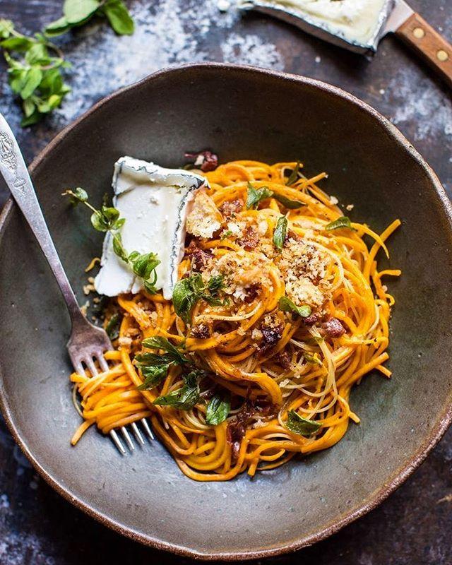 Benvenuto inverno: espaguete fresquinho com molho de abóbora, sálvia, manjericão, bacon mega crispy e um pedacinho de queijo de cabra envelhecido do lado pra finalizar! buon appetito 🍝