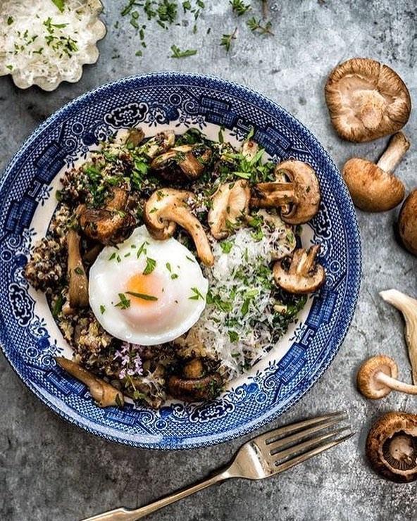 Bom dia com café na cama!! Cogumelos, ovos e parmesão para esquentar a manha. Ps: essa gema maravilhosa!! 💛✨