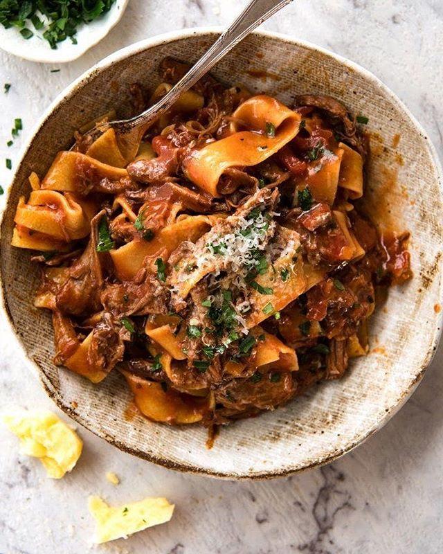 FELICIDADE = Um belo prato de pasta com ragu de cordeiro, salsinha e parmesão. Básico, quente e italiano! Perfeito para esse dia frio. 🇮🇹❤️😋