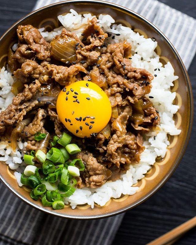 Nossa versão oriental do clássico picadinho, com: curry, gengibre, nirá, ponzu e lógico, gema curada molinha e deliciosa. 💚😋✨