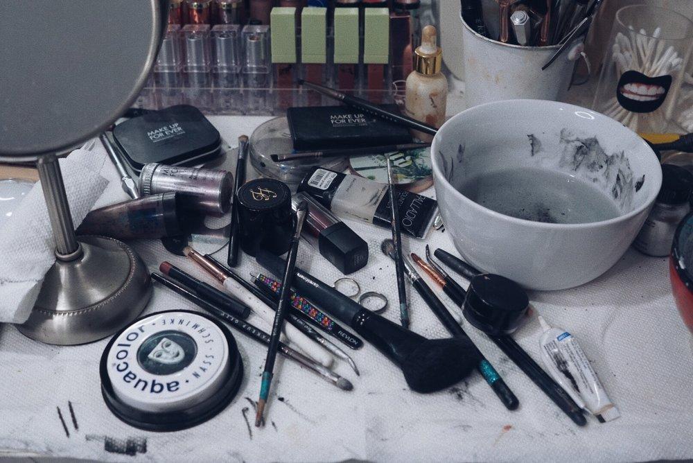 Así quedó la mesa después del maquillaje