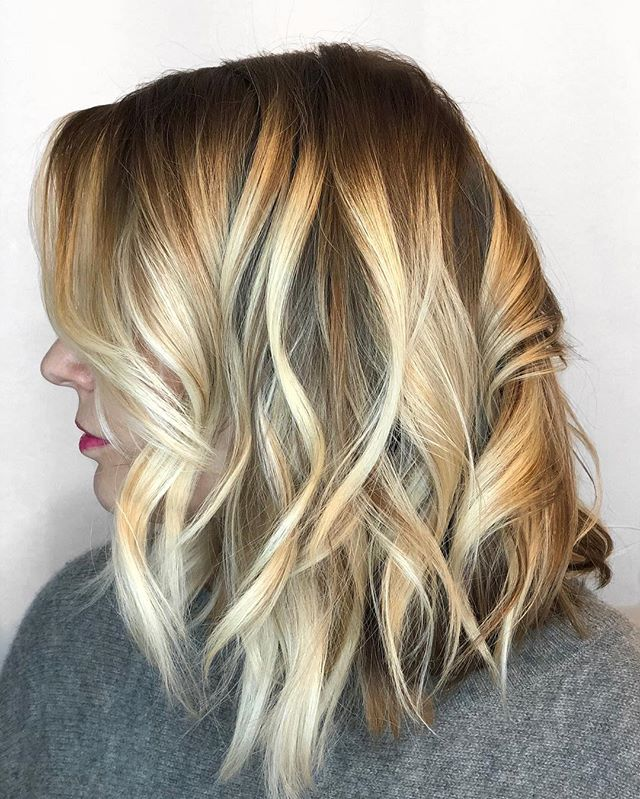 Yup I painted my own hair and I'm feeling ready to get back to work!🙌 #sunlightsbalayage  @sunlightsbalayage  @behindthechair_com  @modernsalon  @american_salon  #balayage #highlights #blondehair #blondebalayage #blondehighlights #bronde #balayageeducation #wavyhair #lobhaircut #curls #didmyownhair #minneapolis #minneapolissalon #minneapolishairstylist #minneapolishair #lexiedoeshair