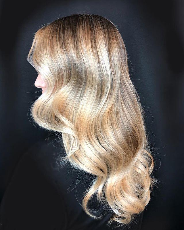 Seamless shine 🙌🙌 I love painting this gorgeous head of hair! . @sunlightsbalayage @behindthechair_com @modernsalon @american_salon @redken @salon_concepts @olaplex . #btconeshot19_warmbalayage #btconeshot19_coolbalayage #btconeshot #oneshot #btc #btconeshot19_haircolorshot #behindthechair #sunlightsbalayage #hairpainting #highlights #blondebalayage #blondehair #longhair #minneapolishairstylist #minneapolissalon #lexiedoeshair