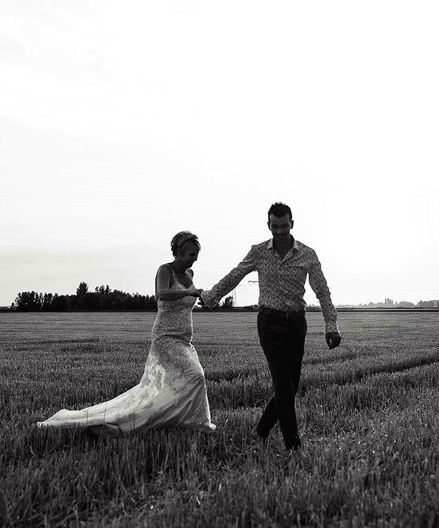 Voor mij zijn oprechtheid en pure emotie zo belangrijk bij een bruiloft. Wanneer ik je dag vastleg, wil ik juist jullie verhaal vertellen: foto's waardoor je jaren later nog steeds wordt meegenomen naar het echte gevoel van de dag. ☺️ Boekingen voor 2019 zijn open en je vindt meer info op mijn website (via de link in mijn profiel 😉). . . #trouwenin2019 #heywildweddings #adventurouswedding #junebugweddings #lookslikefilmweddings #belovedweddingstories #trouwen #bruidsfotograaf #chasinglight #photobugcommunity