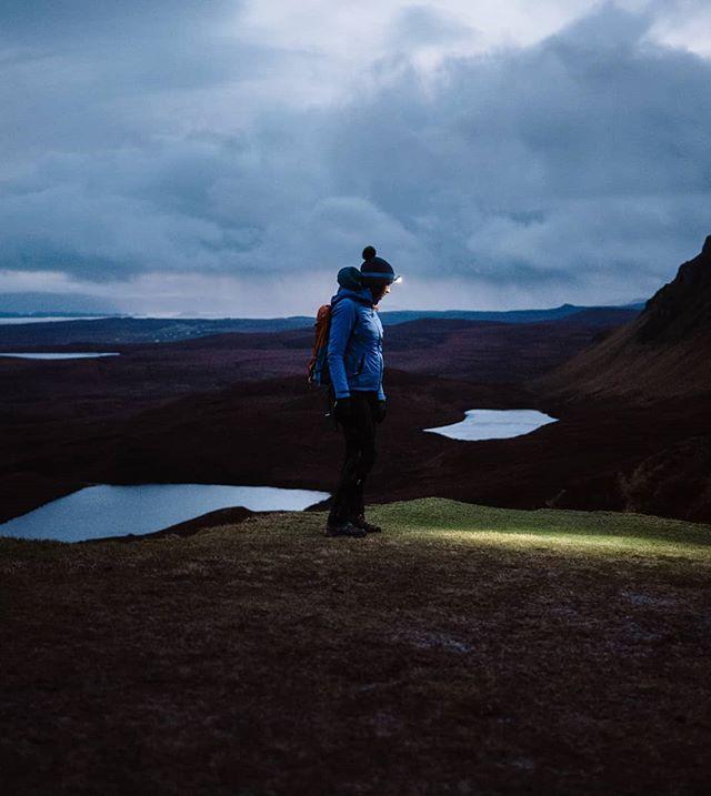 Wat een prachtig avontuur hebben we afgelopen week meegemaakt! De vele mysterieuze vroege ochtenden, gave weersomstandigheden en lekkere houtje touwtje maaltijden in onze campervan hebben voor een heerlijke Schotland ervaring gezorgd ☺️. Nu nog even de laatste werkzaamheden van het jaar afronden, zodat we weer met een heerlijk gevoel aan 2019 kunnen beginnen! . #schotland #portret #mysterieus #isleofskye