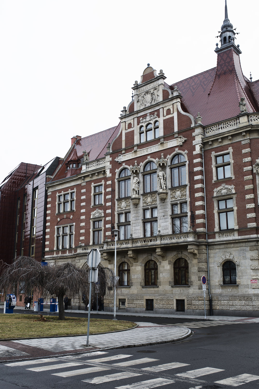 Architektonicky výrazná budova ve stylu pozdní severské renesance. Typické jsou pro ni vysoké štíty, vysoké krovy, režné cihlové zdivo.