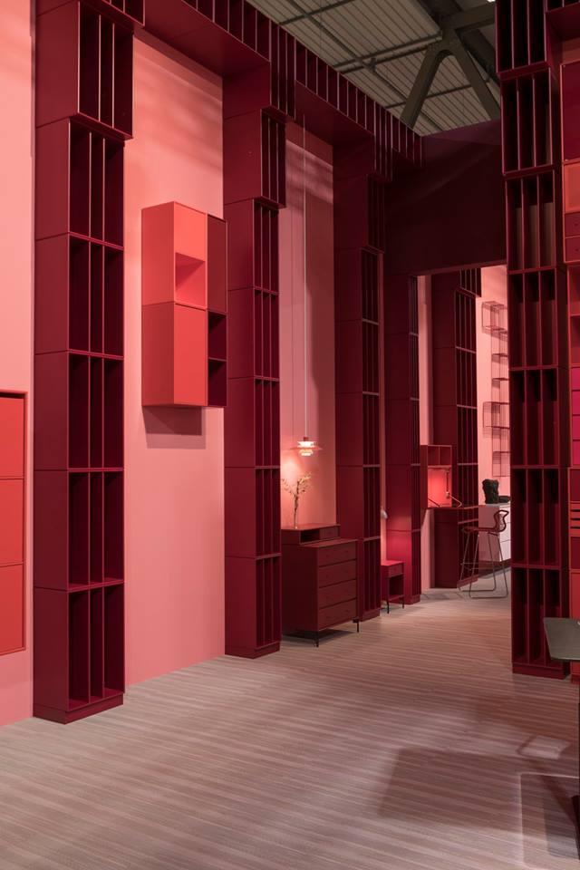 Variabilní nábytkové sestavy od dánské značky Montana v zářivých valérách červené