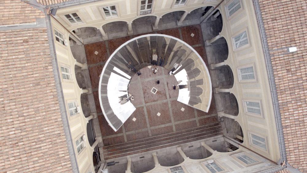 Nejtrendovějším místem se stala velkoformátová instalace Open Sky,kterou pro módní značku COS vytvořil americký umělec Phillip K. Smith III. Instalace byla vytvořena speciálně pro prostor v Palazzo Isimbardi ze 16.století. Zrcadlové plochy propojily krásu okolní architektury a nebe nad Milánem.