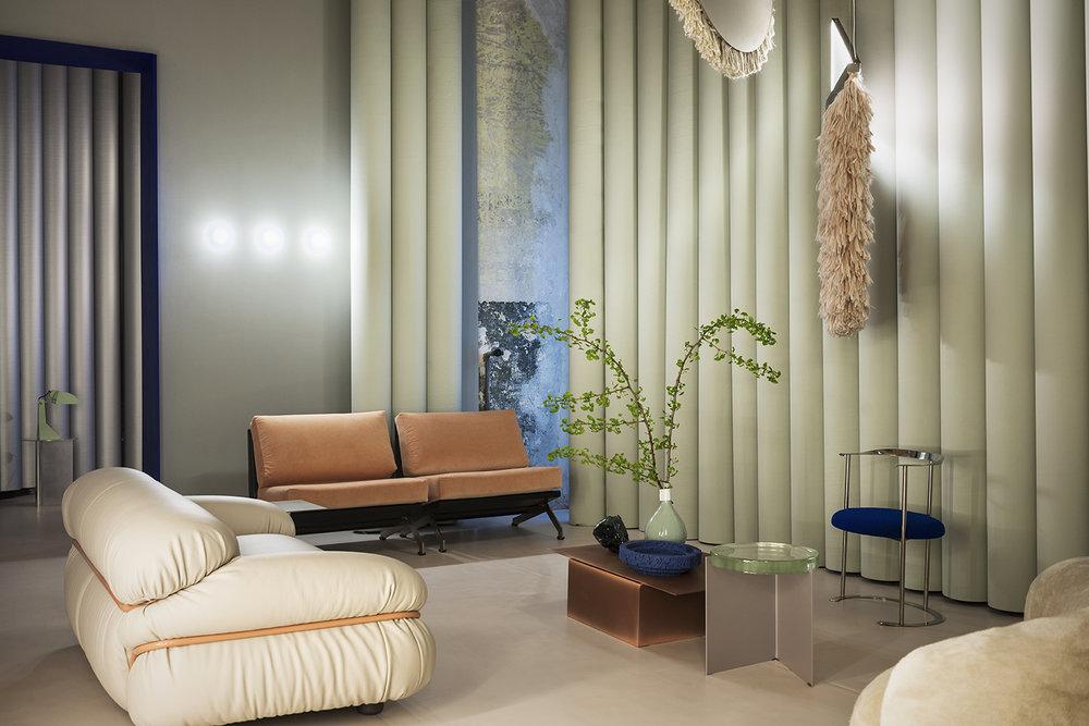 """Milánská designová agentura Studio Pepe si připravila """"tajný klub pro zvané"""" Club Unseen. Oáza klidu v rušném milánském týdnu designu, doplněná o hravou rozšířenou realitu."""