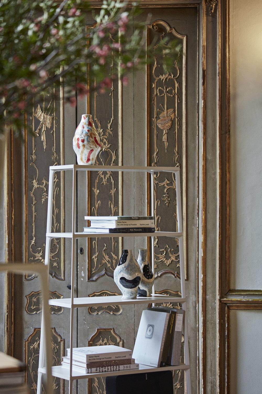 Interiér barokního milánského paláce a měkké jarní světlo značce Hay velice slušely.