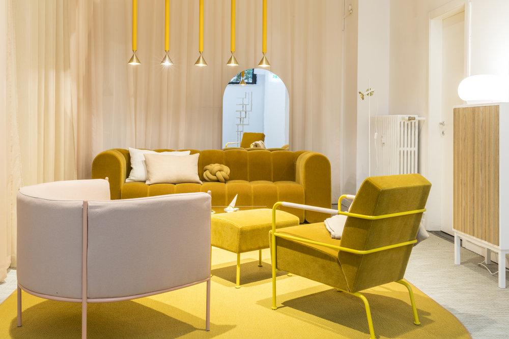 Instalace s názvem Hemma od společnosti Svenksform, sdružující švédské značky, akcentovala hořčicovou.