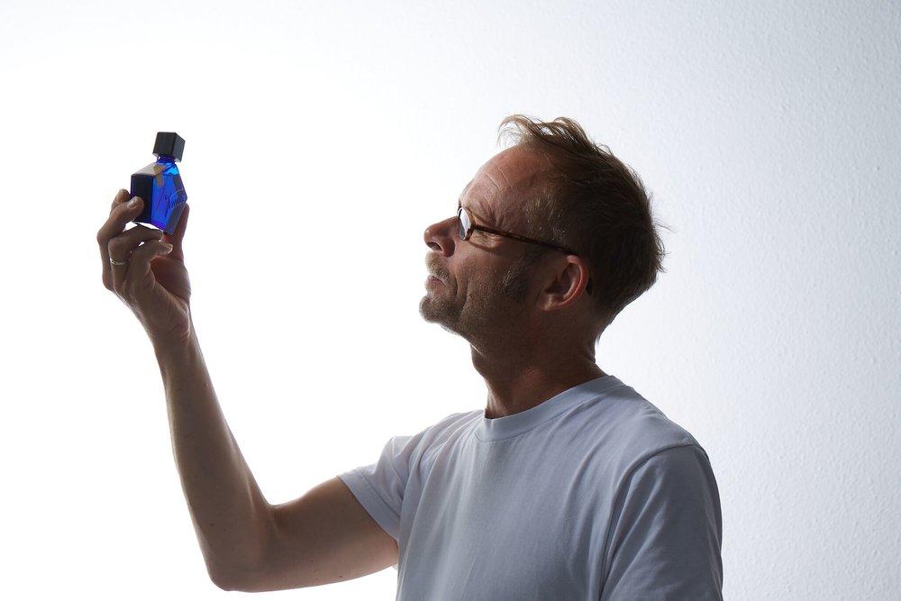 Samouk Andy Tauer tvoří parfémy od roku 2005. Ten první vznikl na žádost jeho kamaráda, který v Curychu vlastní knihkupectví spojené s bytovými doplňky z Maroka.
