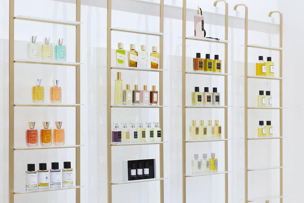 Brněnská parfumerie Vavavoom s krásným čistým interiérem podle návrhu ateliéru RAW, oceněného Národní cenou za rekonstrukci vily Tugendhat.