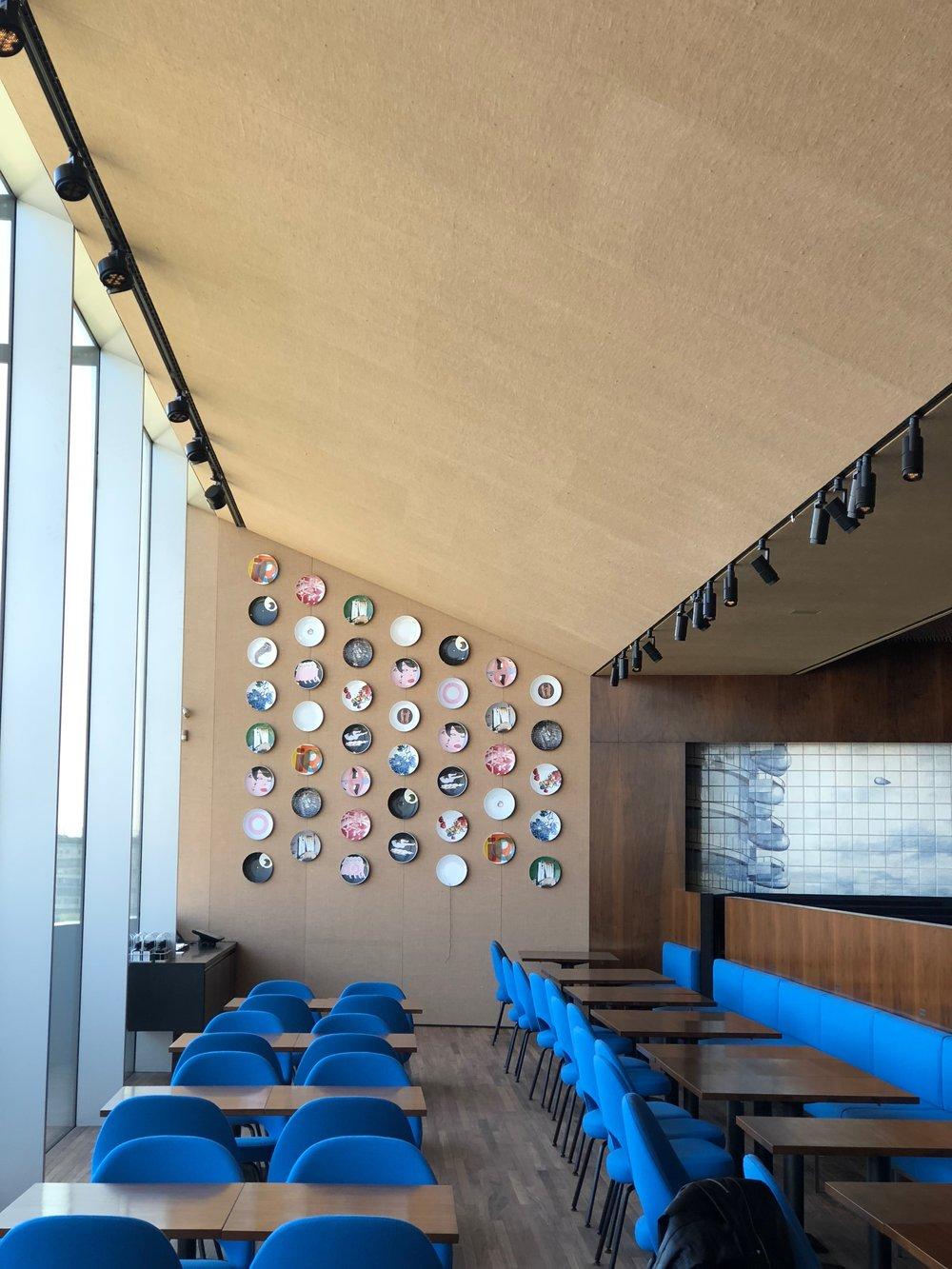 Restaurace Torre v šestém patře. Kromě krásného výhledu dotváří interiér restaurace originální nábytek z newyorského hotelu Four Seasons z roku 1958.