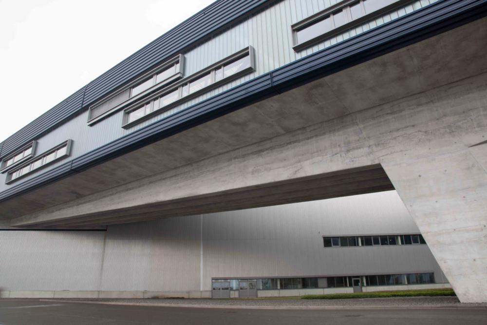 BMW Werk Leipzig: centrální část automobilky BMW na okraji města představuje dynamický doplněk města a zcela jiný pohled na tradiční pojetí kancelářských prostor, který budově připsala ikonická architektka Zaha Hadid.
