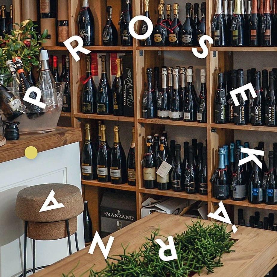 Prosekárna Pop-up - Vinohradská Prosekárna nabídne prosecco hned v několika variantách. Ochutnáte nefiltrované, extra suché, ale i ovocnější tóny tohoto oblíbeného jiskřivého vína. Chybět nebude ani šumivé rosé Bepin de Eto Flave v broušené láhvi.—Canapé: Sotheby's Int. Realty Lounge25. 10. – 8. 11. 2018, od 10 do 21 hod.