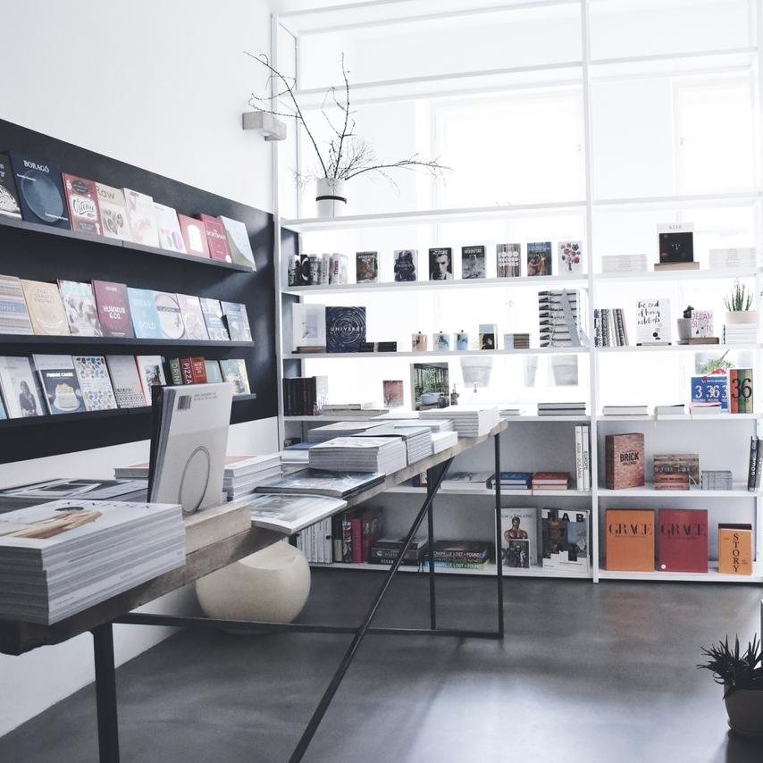 Book Therapy: pop-up knihkupectví - Přijďte si prohlédnout a nakoupit ty nejlepší knihy z oblasti interiérového designu, architektury, módy, fotografie, grafického designu a životního stylu nebo koupit nejnovější vydání Soffa 29 věnované Bohatství a speciál Forbes Life věnovaný architektuře.—Canapé: Bistro25. 10. – 8. 11. 2018, od 10 do 21 hod.