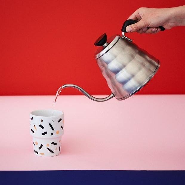 Porcelánové hrníčky Mamsam, uvádí Kolektiv 318 - Francouzský koncept Kolektiv 318, který má výhradní zastoupení polských ikonických hrníčků, předvede hravý porcelán. V rámci Canapé si budete moct vybrat z několika limitovaných sérií, nebo si vychutnat kávu ve speciálním designu Soffa a Canapé, které připravil typograf Vojtěch Říha.—Canapé: Prodejní Pop-upy25. 10. – 8. 11. 2018, od 10 do 21 hod.
