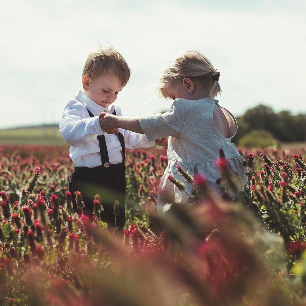 Julie: ušito s láskou a ohleduplností - Julie je značka dětského oblečení založená Terezou Hoškovou v prosinci roku 2017. Inspirací jsou její dcery Julie, Lilien a Elizabeth.K založení Terezu vedla nejen láska ke lněnému oblečení, ale i touha vychovávat děti k respektu, ohleduplnosti a udržitelnosti. Pro Julii důležité znát, kdo oblečení šije a za jakých podmínek.Kolekce je vyrobena v Čechách, z pečlivě vybraných čistě přírodních materiálů - lnu, raminu, nebo bio bavlny. Jednoduchý, nadčasový design, kvalita i střihy zaručí, že oblečení bude slušivé nejen jednu sezonu ale i generaci.—Canapé: Prodejní Pop-upy25. 10. – 8. 11. 2018, od 10 do 21 hod.