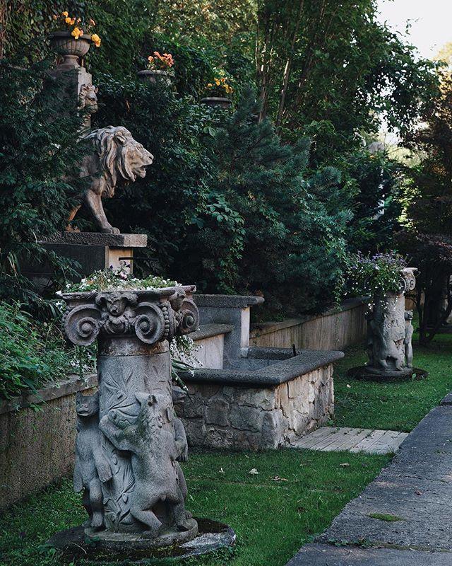 Secret garden from #Soffa29 🦔 — photo: Lina Németh | #soffamag #czechphoto #czechphotography #copravectu #secretgarden #gardenlovers #prague #praha #czechart #czechia #czechrepublic