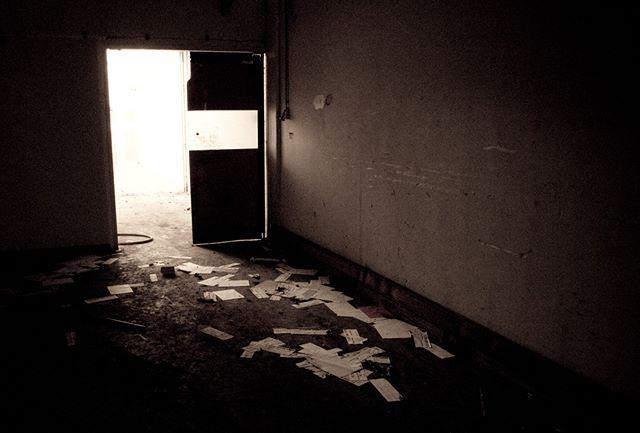 In 2009 heb ik eens met @blikkenhorstfotografie samen gelopen in de Baronie. We wilden eens Urban foto's maken, dat lukte prima in dit  verlaten gebouw. En was best spannend, de bewaker kwam even polshoogte nemen omdat er schijnbaar een stil alarm was afgegaan... :) #urban #baronie #alphen #lowkey #urbex #exploretocreate #urbanphotography #abandon #abandoned #urbexpeople#urbexexploring #urbexplaces #moodygrams #decay #door #zoomnl