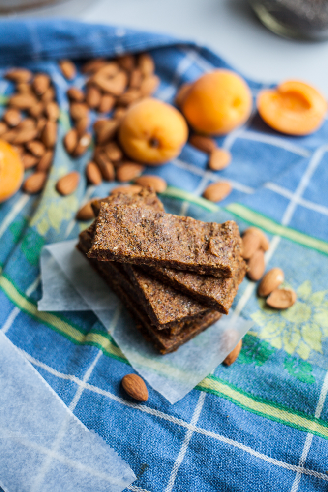 apricot almond chia power bars. only 5 ingredients, and done in under 30 minutes. via will frolic for food. vegan and gluten free.
