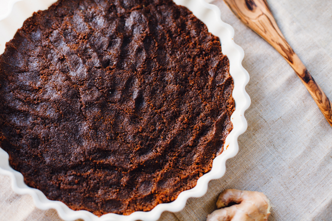 a vegan, gluten free ginger snap custard pie with a half-way homemade, coconut oil ginger snap crust! this is such an easy dessert! via will frolic for food