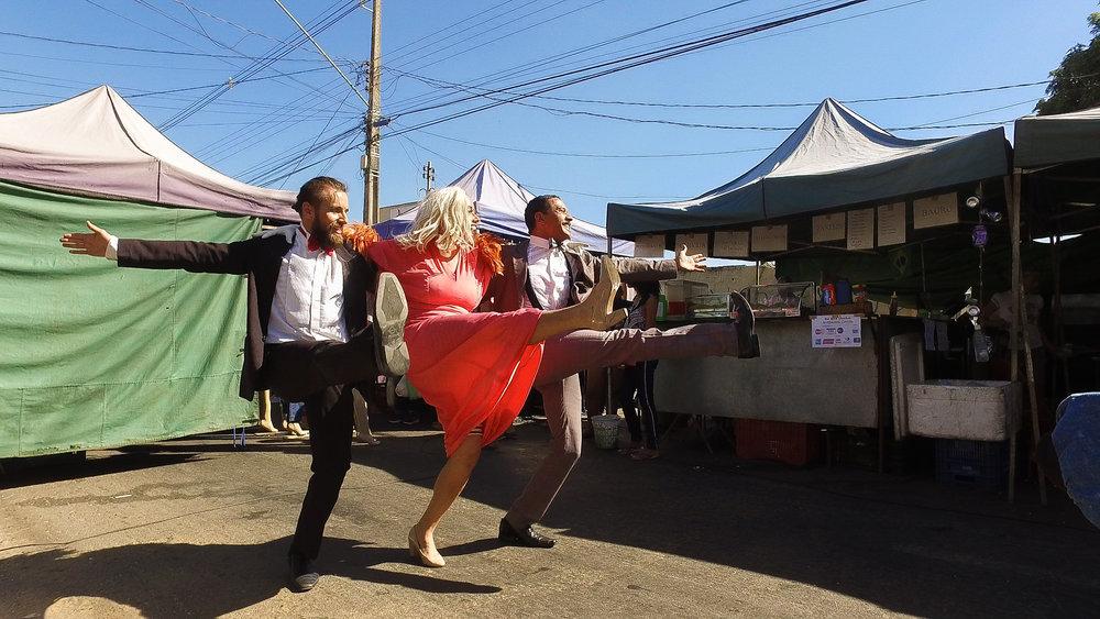 Apresentação de Aparecidas na Feira Cidade Livre pelo projeto TRANSporquar. Foto Thamara Fagury