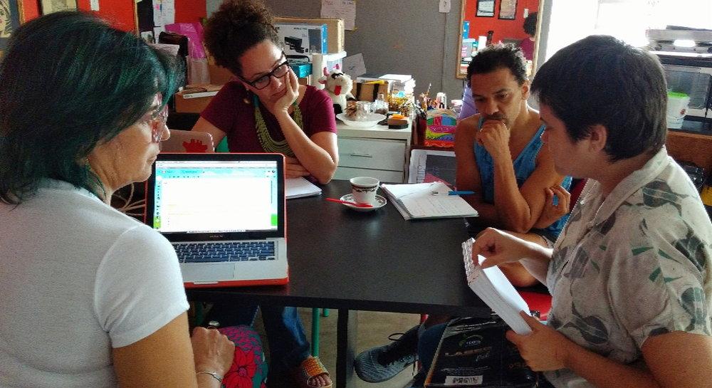 ¿por quá? grupo que dança e Larissa Mundim em reunião sobre processo de editoração do livro