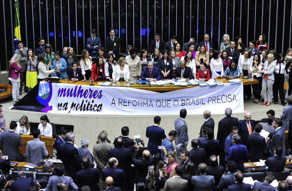 """Women in Politics: The Reform Brazil Needs"" – Brazil's  Bancada Feminina  (Women's Caucus) mobilizing on the floor of the Chamber of Deputies during debates over proposed political reforms.  ( Luis Macedo/Câmara dos Deputados )"
