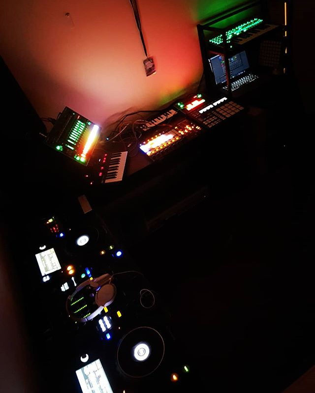 When @bee_arubee  is away for the night, @pepelepewnz is in the studio :) #house #techno #pioneer #roland #pepelepew #abletonlive #korg