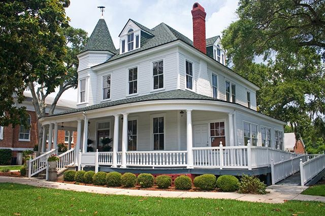 ✨Beautiful Victorian Villa - you can't go with anything other than white exterior in such classy architecture. —————————————————————— #bluedoorpainting #chicago #chicagoland #whiteexterior #whitehouse #victorianhouse #victorianstyle #chicagopainting #chicagopainter #homeinspo #house #home